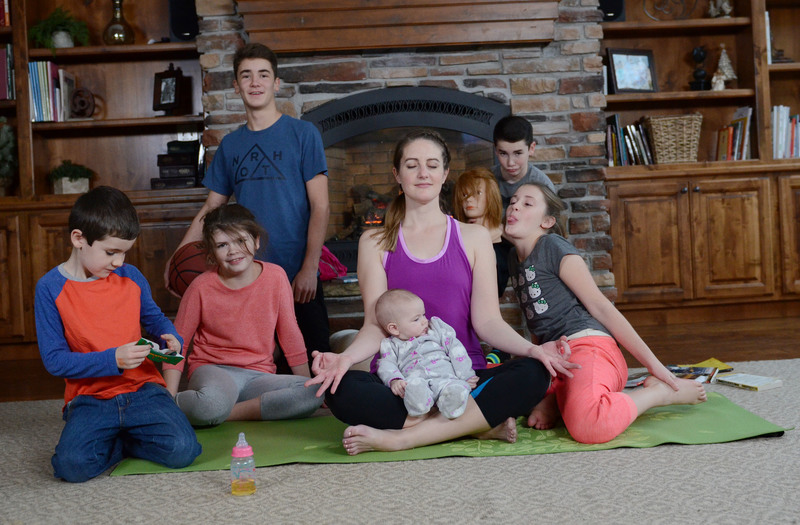 This 'Yoga for Busy Moms' online yoga class is soooooo perfect for me!!